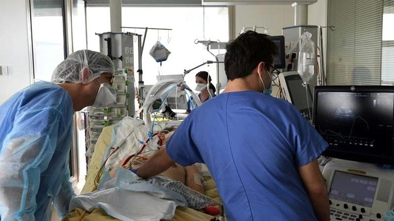 """法国大巴黎地区医院:我们很快将被迫""""挑选病人"""""""