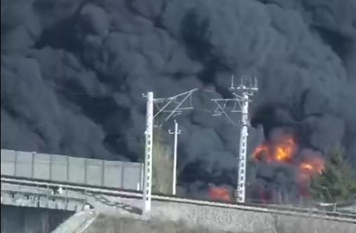 辽宁大连一塑料厂起火 目前明火已被扑灭 无人员伤亡图片
