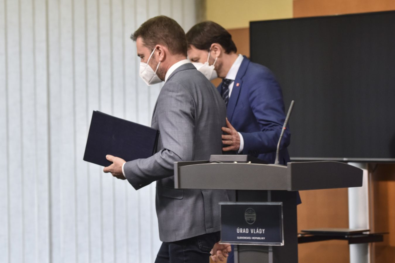 斯洛伐克总理提议与财政部长互换职位以解决执政危机