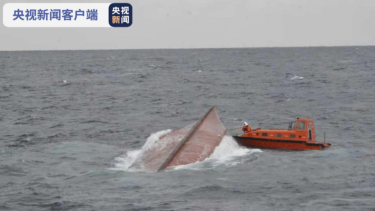 """持续搜救翻扣渔船""""深联成707""""5名遇险人员"""