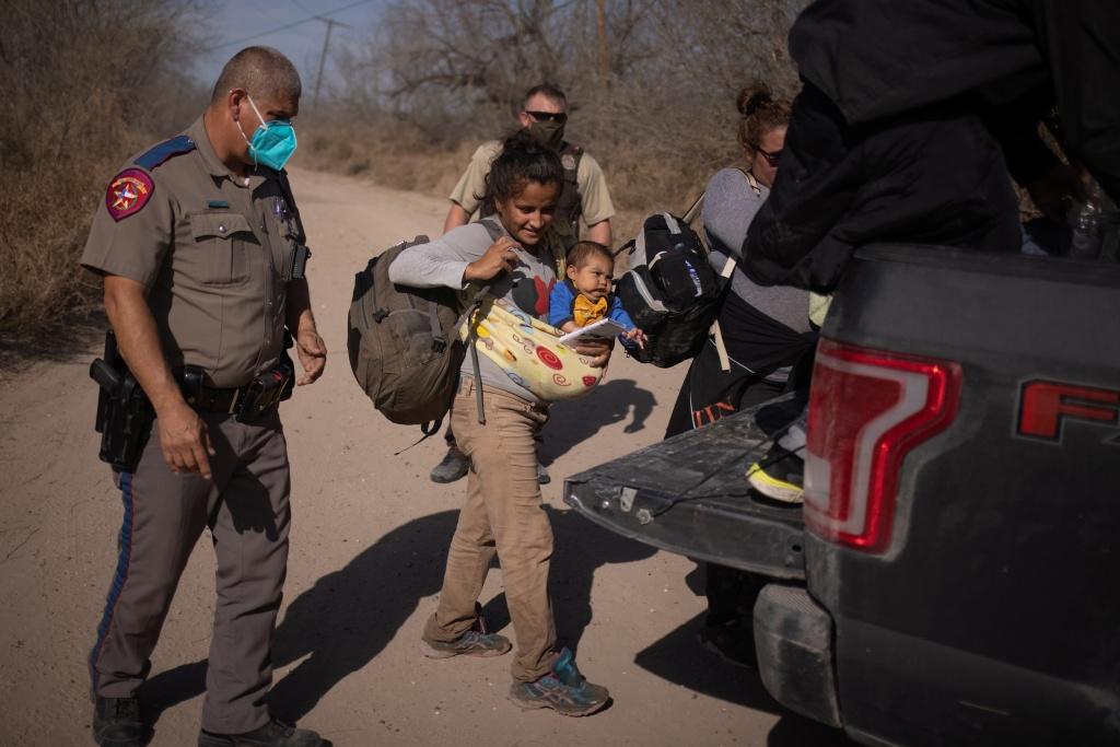 外媒:美国重现移民潮 美墨边境2月份拘留近10万移民