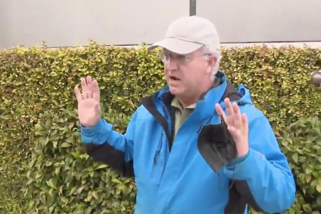 美媒记者采访时突遇抢劫:被人用枪指头 摄像机被夺走