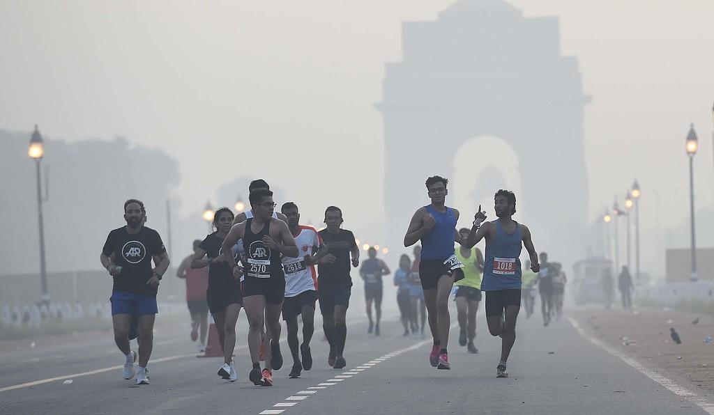 印度雾霾天举行马拉松:选手不戴口罩 猴子和人一起跑