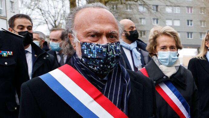 法国亿万富翁坠机身亡,马克龙表态