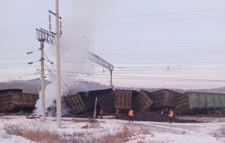 俄罗斯西伯利亚大铁路上一列货运火车脱轨
