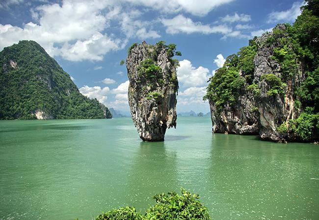 """泰国旅游胜地攀牙湾""""钉子石""""存在倒塌危险"""