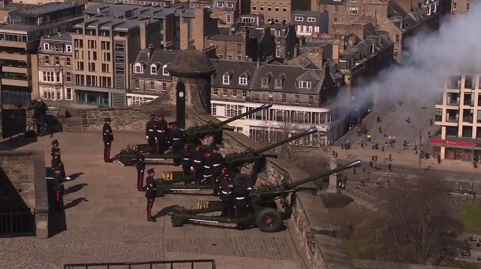 英国多地鸣炮41响 悼念菲利普亲王