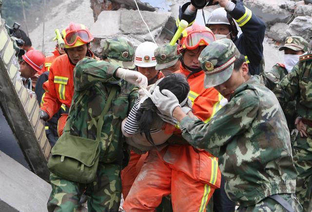 △2008年5月15日,救济职员在汶川县救济被困群众。