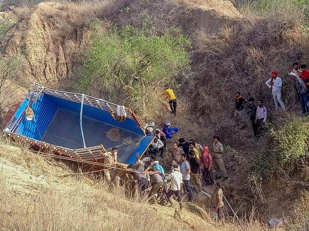 印度一卡车满载乘客坠入山谷 造成12死40伤