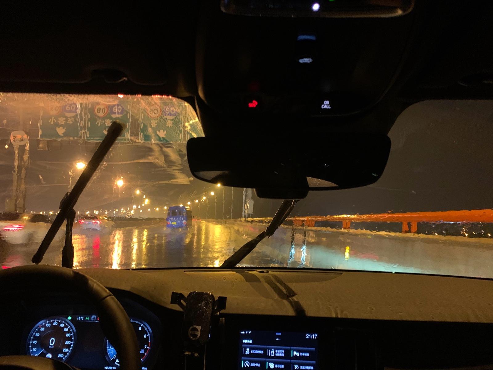 下雨天沃尔沃雨刷器卡住 警示车灯全亮方向盘无法拧动