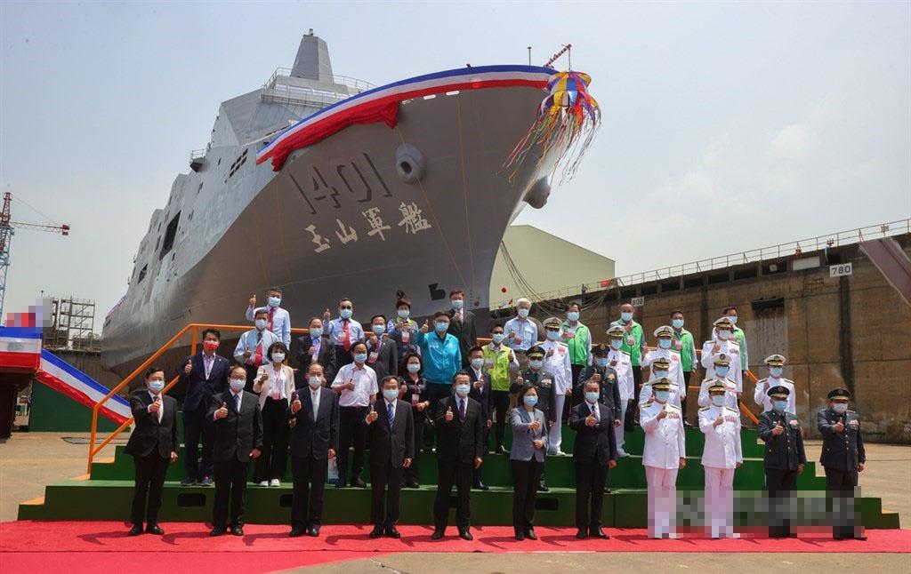 台军首艘万吨两栖船坞登陆舰下水 命名玉山图片