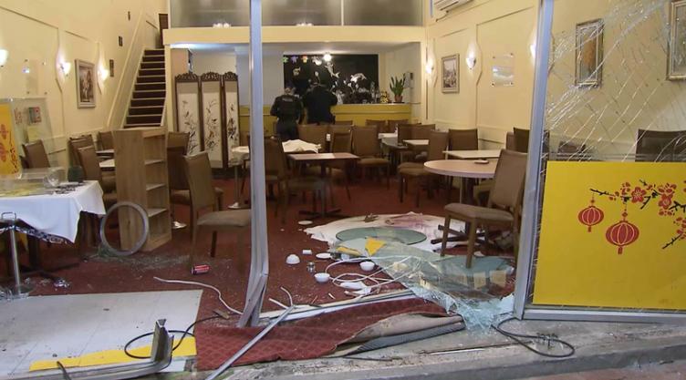 澳大利亚一中餐馆惨遭汽车冲撞:现场狼藉 顾客慌逃