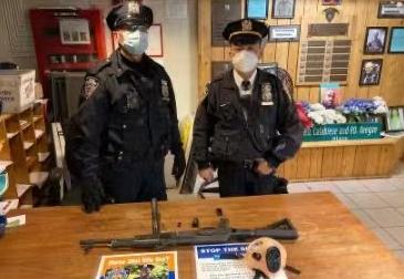 美国纽约时代广场一携带AK-47的18岁男子被巡警逮捕