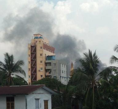 缅甸仰光达基大镇区一管理办公楼发生火灾