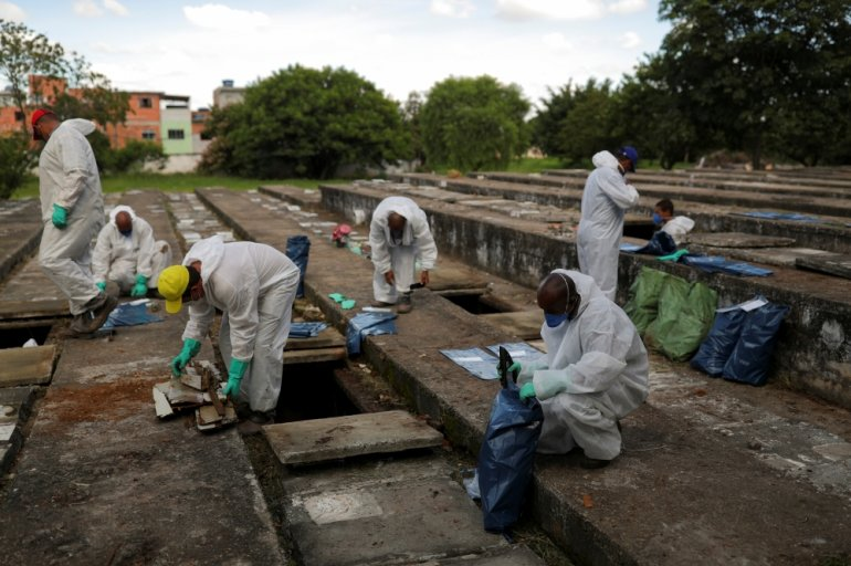 新冠疫情每日新增死者破纪录 圣保罗腾空旧墓地