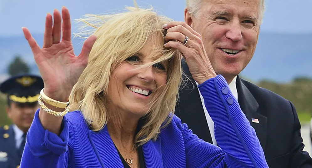 戴假发扮空姐 美国第一夫人对记者搞愚人节恶作剧