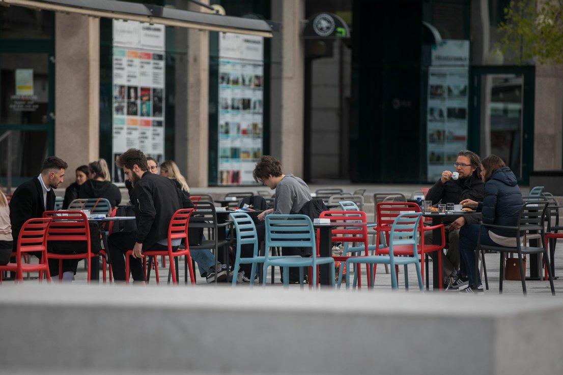 斯洛文尼亚适度放开餐饮业疫情管制 允许百人聚集