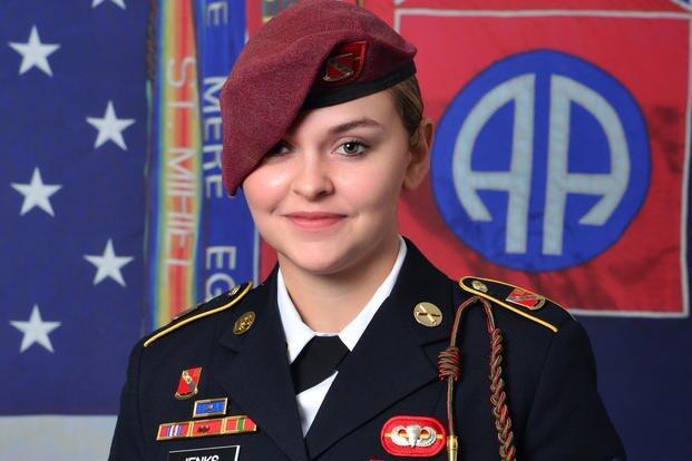 美军21岁女兵从黑鹰直升机上跳伞时死亡,细节未公开