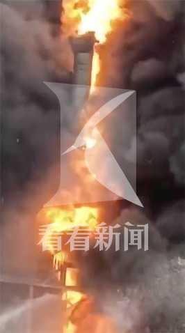 记者直击上海金山一厂房失火:现场还有明火图片