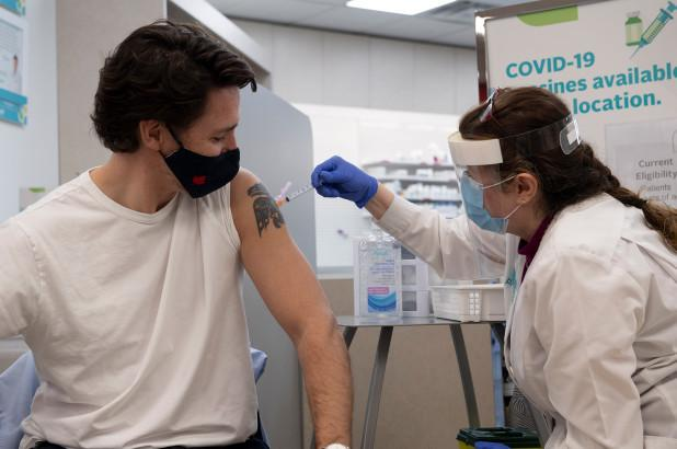"""外媒:接种新冠疫苗时,加拿大总理特鲁多当保镖时""""秘密""""曝光"""