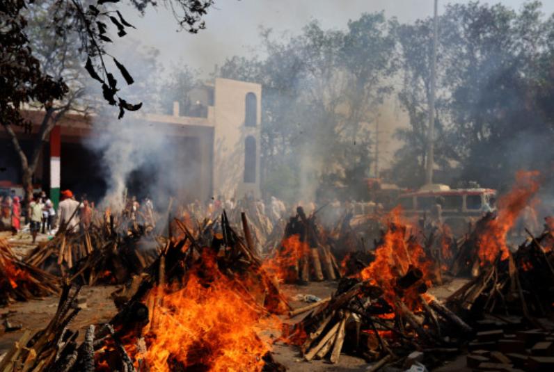 印度火葬场不够用 民众被迫在自家花园火化亲人遗体