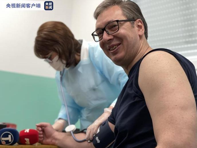 塞尔维亚总统武契奇接种第二剂中国新冠疫苗