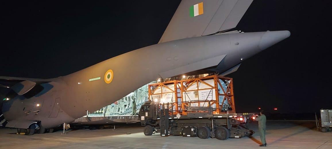 氧气难求!印度出动军机从国外运氧气 现场曝光