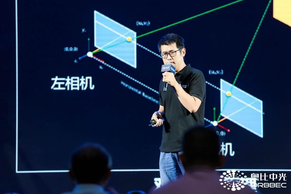 图注:奥比中光研发总监张丁军先容智能门锁规模的人脸辨认技能。