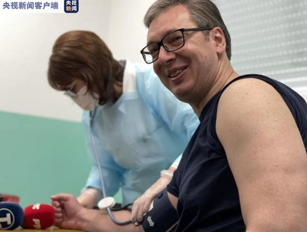 塞尔维亚总统武契奇接种第二剂中国新冠疫苗,笑容很灿烂