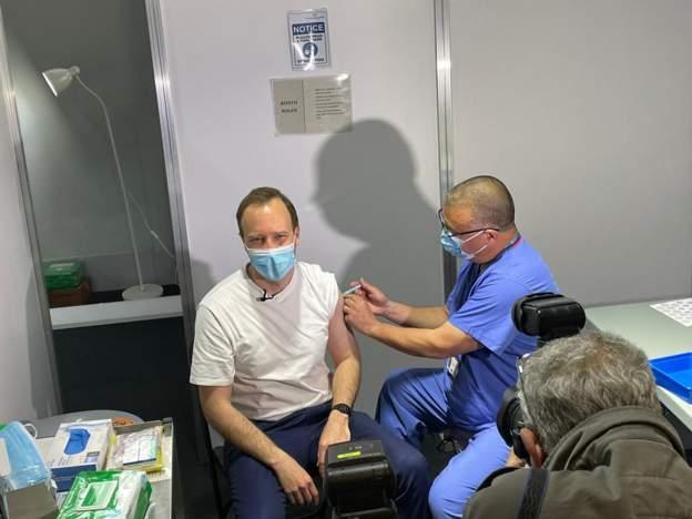 英国卫生大臣汉考克接种新冠疫苗