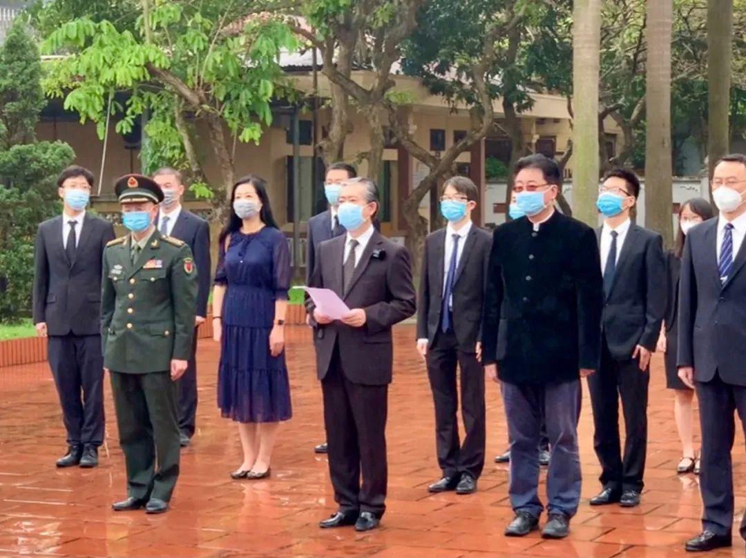 中国驻越南使馆祭扫中国烈士陵园 缅怀革命先烈
