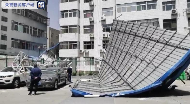 陕西绥德突遭极端大风天气 县城多处受损
