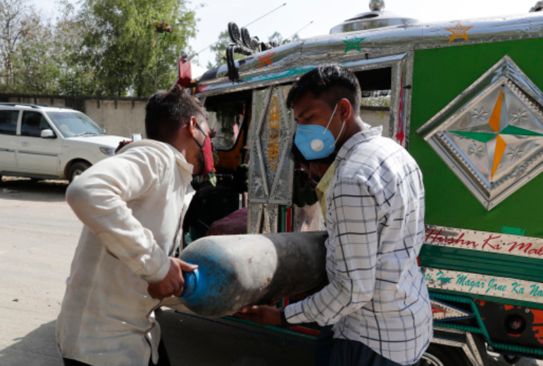 印度新冠患者求氧气 警察:找棵菩提树,坐底下吸氧去