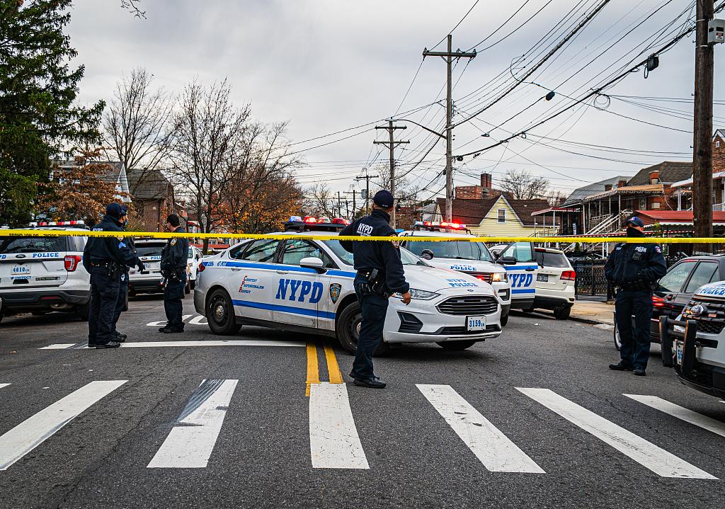 纽约街头突发枪战致1死2伤 一名路人手臂被击中