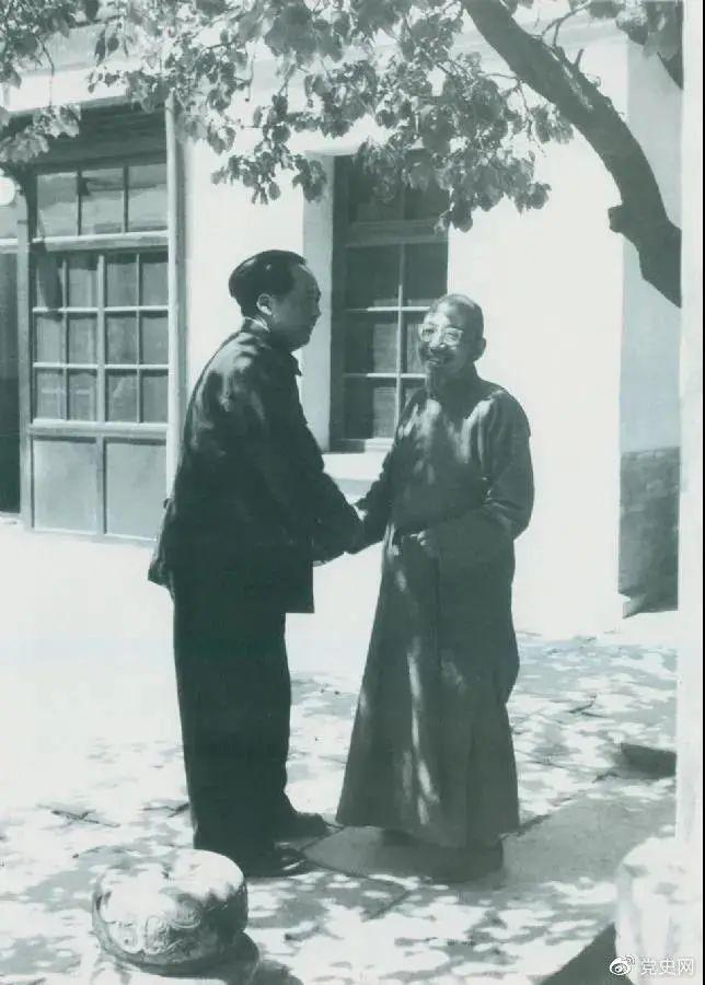 图为毛泽东同老同伙、民主人士柳亚子在北平相逢。