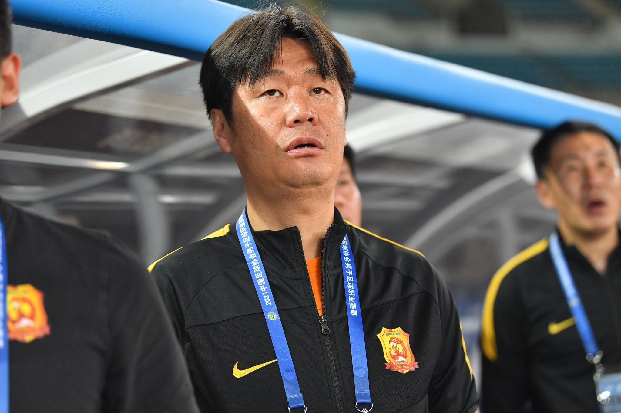 记者:武汉俱乐部高层力挺李霄鹏,刘云因伤缺席并非被雪藏
