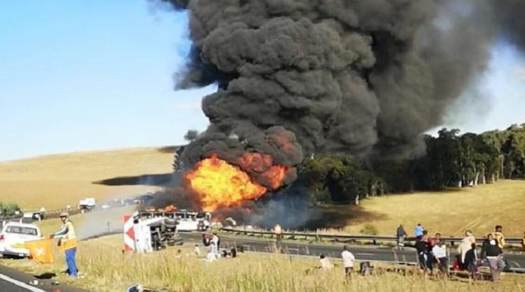 南非一辆公共汽车与油罐车相撞 致4人死亡多人受伤