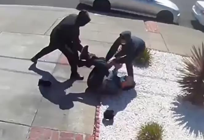 美国亚裔老人家门外被2名男子抢劫 不停呼救无人理