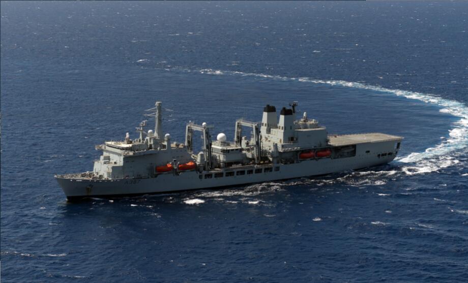 英国航母打击群还没来南海 随行航母补给舰就起火了