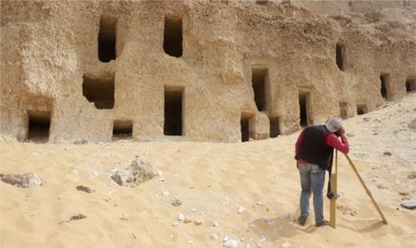 埃及索哈杰省出土200多个岩石墓葬