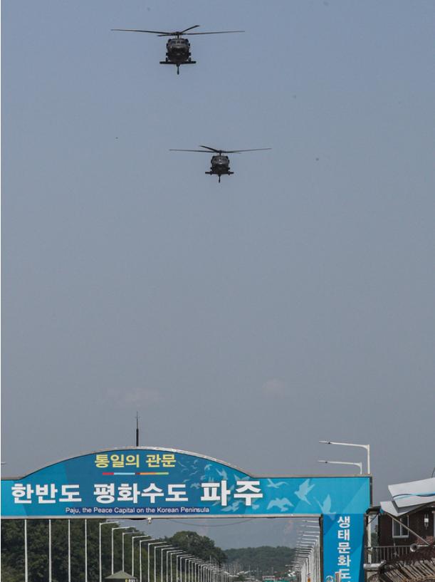 美国家情报总监视察板门店 随后乘直升机离开(图)