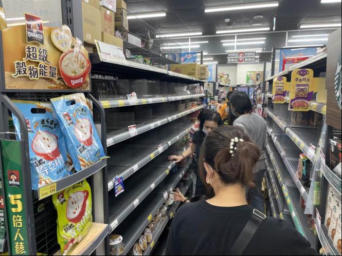 """台媒:防疫警戒升至三级 新北卖场出现""""抢购潮"""" 泡面瞬间被抢空"""