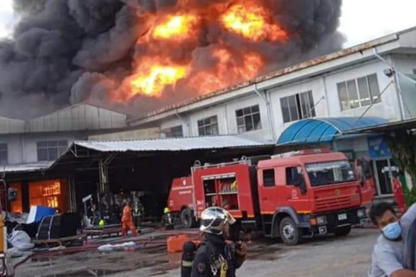 泰国曼谷近郊一塑料制品仓库发生火灾