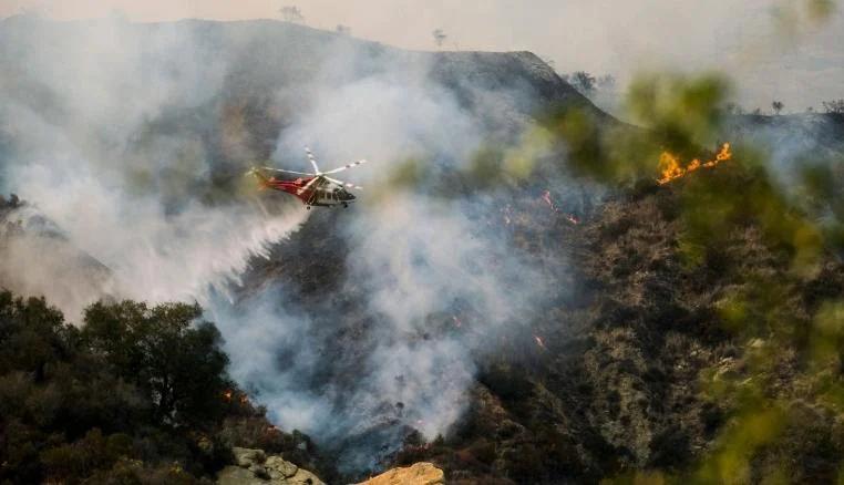 美国洛杉矶野火火势难控 上千人被疏散