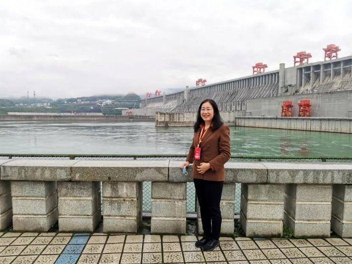 ▲郝华在三峡大坝前拍照留念。