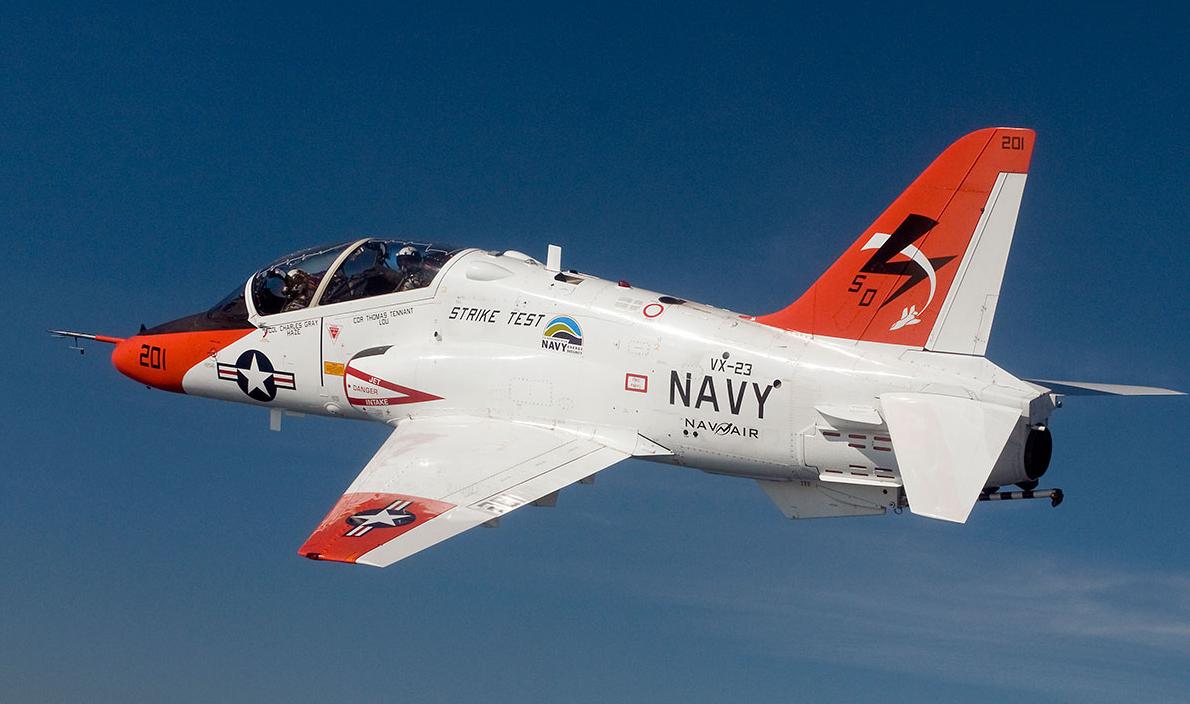 美国海军两架飞机在空中相撞:一架弹射另一架迫降