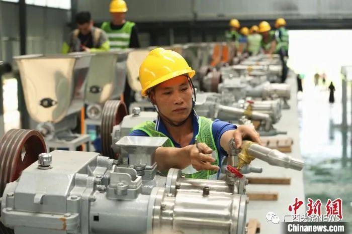 米粉厂内,工人正在安装制作米粉的机器。 朱柳融 摄