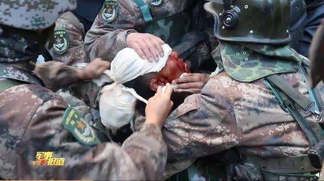 资料图:斗争中,祁发宝头部受重伤 央视军事报道截图