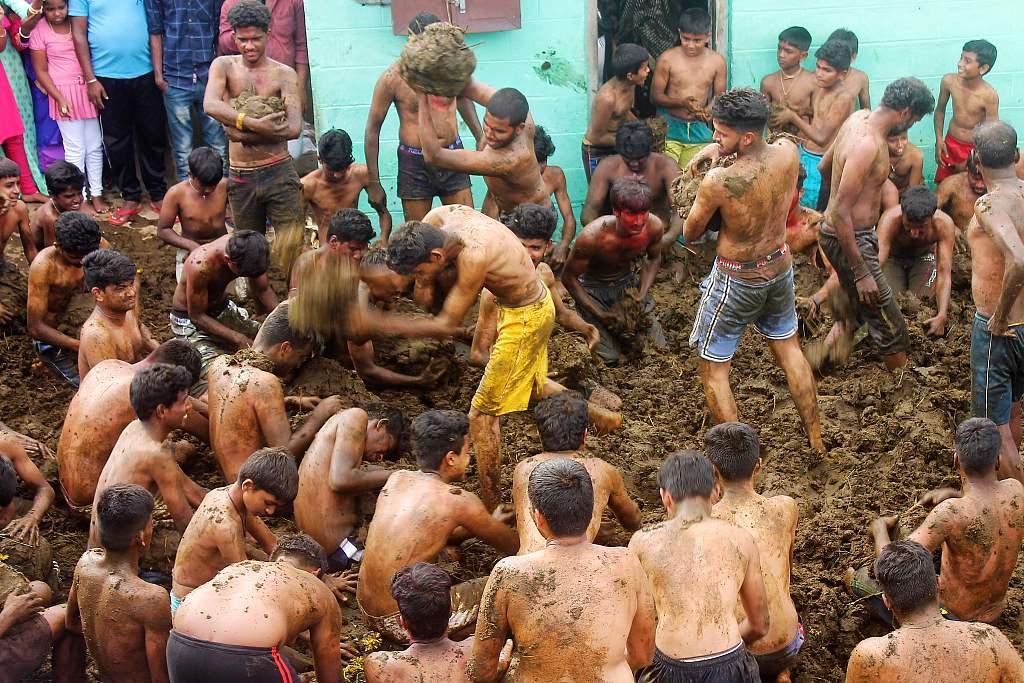 印度男子遭雷击身亡后 家人将其埋入牛粪堆数小时