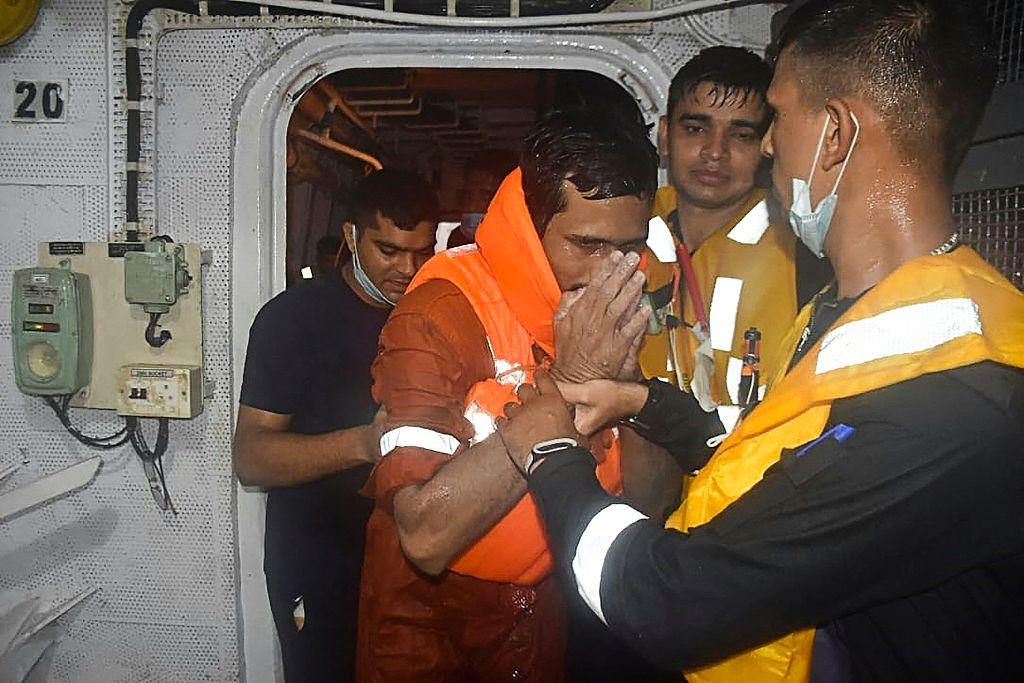 印度倾覆驳船遇难人数上升至37人 仍有38人失踪